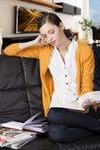 Kitap okuyarak kızı inci arkası dirseğiyle dinleniyor — Stok fotoğraf