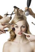Im beauty-salon sieht das mädchen der linse — Stockfoto