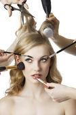I skönhetssalong ser flickan på rätt — Stockfoto