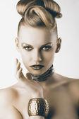 Moda chica con maquillaje de leopardo, está delante de la cámara — Foto de Stock