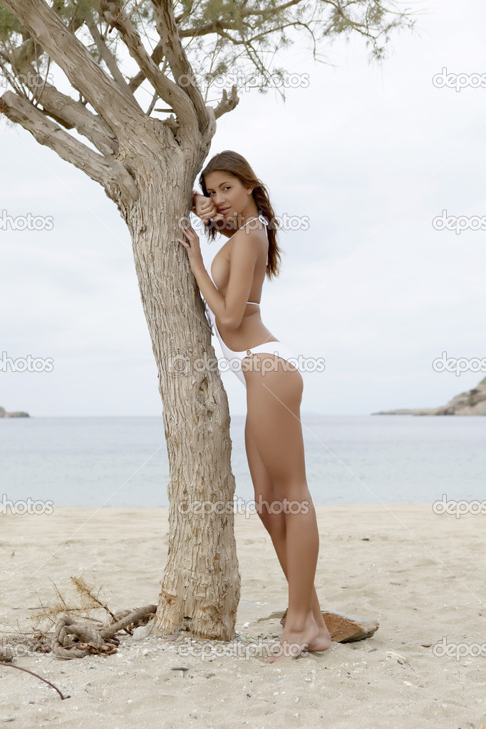 Young fashion pretty brunette sexy woman in white bikini on the beach — Stock Photo #8753337
