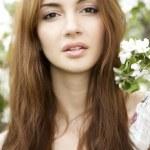 brunetka w ogrodzie — Zdjęcie stockowe #9542178