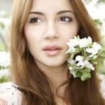 brunetka w ogrodzie — Zdjęcie stockowe #9542186