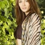 brunetka w ogrodzie — Zdjęcie stockowe #9542192