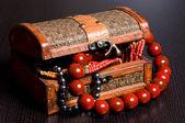 Viejo baúl joyas con collares — Foto de Stock