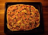 Ham, champignon and olives pizza — Stock Photo