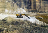 The old yellow crane standing on the bottom of the a stone quarry — Stock Photo