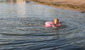 Swimming small girl — Fotografia Stock