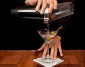 Pouring a Martini — Stockfoto