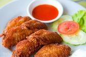 Ala profonda pollo fritto piccante con salsa di peperoncino — Foto Stock