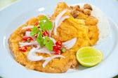 Une cuisine traditionnelle délicieuse de Thaïlande : chaud de riz avec omelette, porc, vert lui — Photo