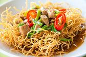 čínský styl hluboké smažené žluté nudle s vepřovým masem, chilli, zelenina a tak — Stock fotografie