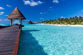 Balneario sobre el agua en la laguna alrededor de la isla tropical — Foto de Stock