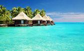 über wasser-bungalows mit schritten in erstaunliche lagune — Stockfoto