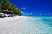 Tropischer strand mit palmen auf den cook-inseln — Stockfoto