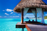 Overwater spa e bungalows em lagoa tropical — Fotografia Stock