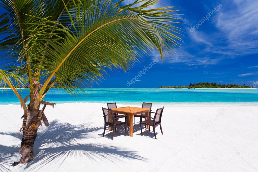 Dining on the beach during vacations with ocean and sky — Stock Photo #9186315