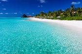 Palmeras en laguna y playa de arena blanca — Foto de Stock
