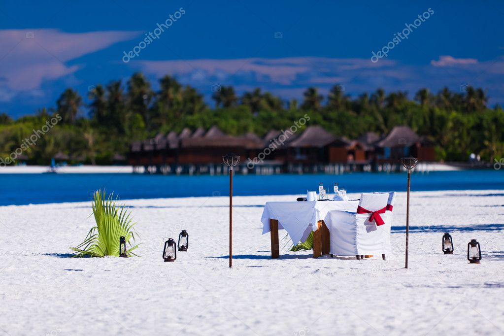 Table and chairs setup for lunch on the tropical beach — Stock Photo #9650864