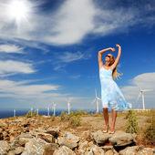 Bela jovem contra as turbinas de vento — Fotografia Stock