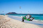 Corralejo, hiszpania - 28 kwietnia: kitesurferów podjąć do wody en masse — Zdjęcie stockowe