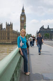 Tourist on the Westminster brige, Big Ben clocktower in the background, , London, UK — Stock Photo