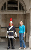 Tourist is photographed next to Horse Guard on centry duty, London, UK — Stock Photo
