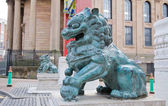 """Pair of chinese metal lions by the """"Chinatown"""" area entrace gate, — Stock Photo"""