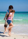 Anne ve kızı okyanus kenarında oyna — Stok fotoğraf