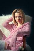 девушка в кресле — Стоковое фото