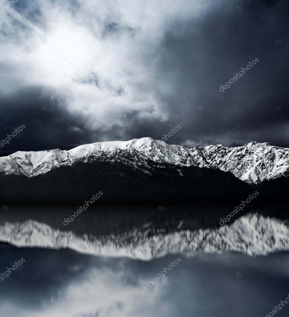 Mountain peaks and peaceful lake at the bottom — Stock Photo #9857130