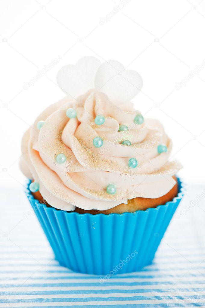 Un cupcake en un azul para hornear tazas con blanco crema for Hornear a blanco