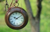 Wiszące okrągłe zegary odkryty — Zdjęcie stockowe