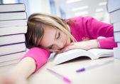 Na biblioteca - estudante muito cansado/exausto, bonito, feminino — Fotografia Stock
