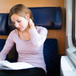 jeune femme lisant un livre alors que le train — Photo