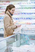 Pretty youman buying groceries in a supermarket — Stock Photo