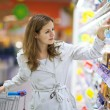 Beautiful young woman shopping in supermarket — Foto Stock