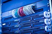 Server rek cluster in een datacenter — Stockfoto