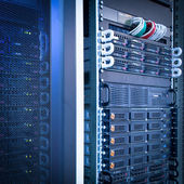 Server rek cluster in een datacenter — Stockfoto