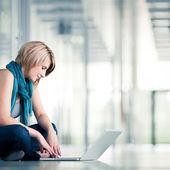 Hezká mladá studentka s přenosným počítačem — Stock fotografie