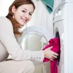 tâches ménagères: jeune femme en faisant la lessive — Photo