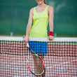 Pretty, young female tennis player on the tennis court - 图库照片