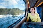 Genç kadın tren ile seyahat — Stok fotoğraf