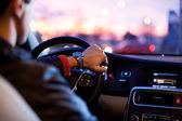 Man zijn moderne auto 's nachts rijden in een stad — Stockfoto