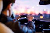 Mężczyzna jazdy jego nowoczesny samochód w nocy w mieście — Zdjęcie stockowe
