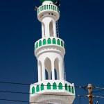 White mosque with minaret against blue sky (Sur, Oman) — Stock Photo #9115289