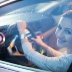 ganska ung kvinna kör sin nya bil — Stockfoto
