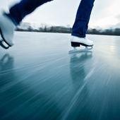 Junge frau eislaufen im freien auf einem teich auf einem eisigen winter — Stockfoto