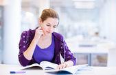женский колледж студент в библиотеке — Стоковое фото
