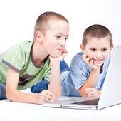 Modern dizüstü bilgisayar kullanan çocuk — Stok fotoğraf